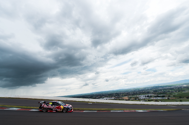 Craig Lowndes flashes through Skyline and ultimately on the way to a sixth Bathurst title